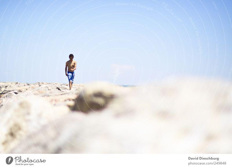 Tag am Meer Erholung Ferien & Urlaub & Reisen Freiheit Sommer Sommerurlaub Strand Mensch Junger Mann Jugendliche 1 18-30 Jahre Erwachsene blau weiß Himmel Stein