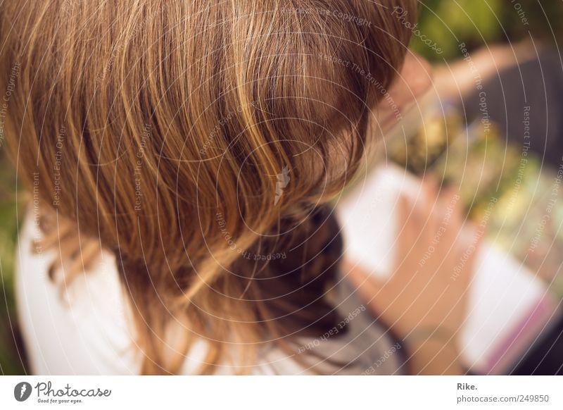 Lesezeit. Mensch Jugendliche schön Freude ruhig Erholung Leben Denken träumen Zufriedenheit blond Freizeit & Hobby Buch natürlich lernen Pause