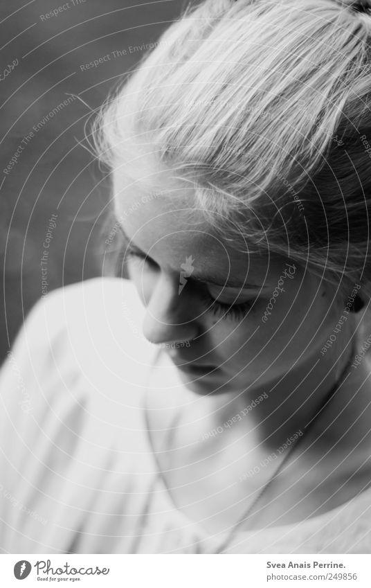 das Gefühl von. feminin Junge Frau Jugendliche Haare & Frisuren Gesicht 1 Mensch blond schön Traurigkeit nachdenklich Schwarzweißfoto Schwache Tiefenschärfe