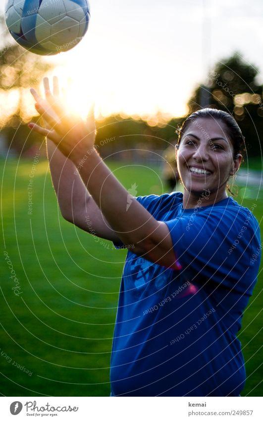 Ballgefühl Mensch Jugendliche Hand Freude Gesicht Erwachsene Leben Sport Spielen Gras Kopf Glück hell Freizeit & Hobby Arme Fußball