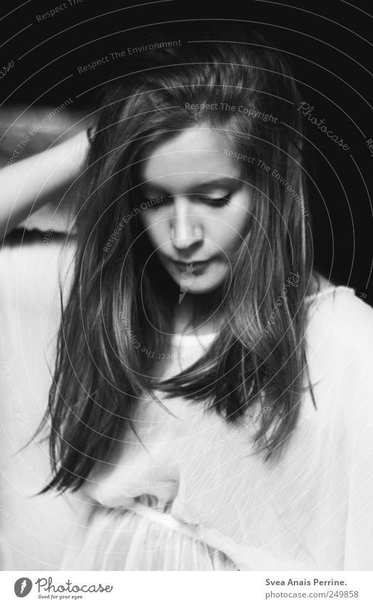 nur das fehlen. feminin Junge Frau Jugendliche 1 Mensch 18-30 Jahre Erwachsene Kleid Haare & Frisuren langhaarig natürlich dünn schön selbstbewußt Coolness