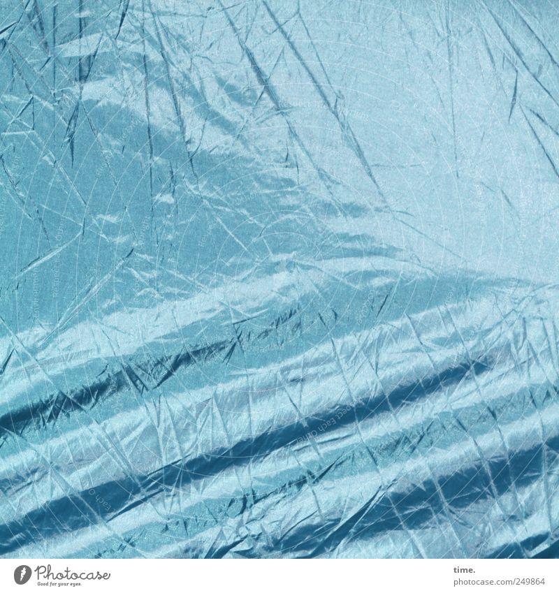 abgespannt Kunststoff Streifen blau Tiefenschärfe Oberfläche durcheinander diagonal blau-grau Überzelt Zelt Abdeckung Falte Knick Plastikhülle Farbfoto