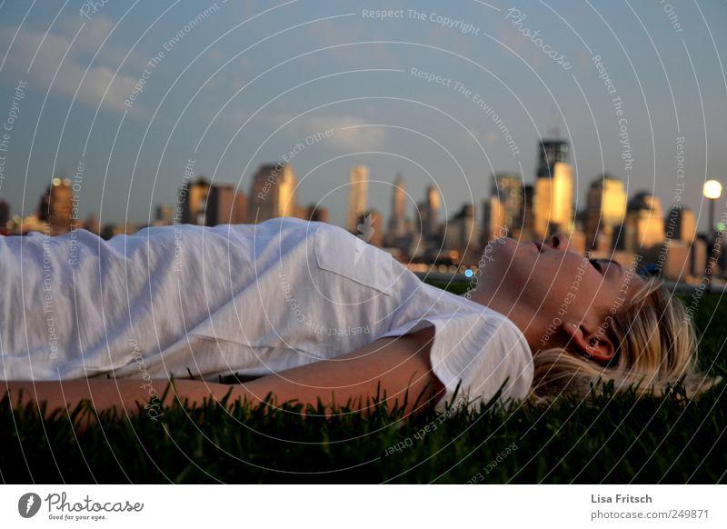 New York Ferien & Urlaub & Reisen Tourismus Ferne Sightseeing Städtereise Junge Frau Jugendliche Erwachsene Leben 1 Mensch 18-30 Jahre Umwelt Sommer Gras