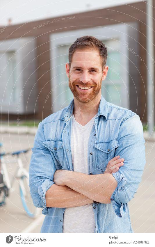 Lässiger Typ Lifestyle Stil Glück Haare & Frisuren Gesicht Erholung Sommer Mensch maskulin Junge Mann Erwachsene Natur Park Gebäude Straße Mode Hemd Jeanshose