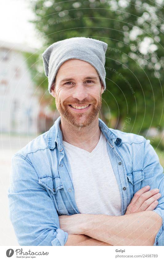 Lässiger Typ Lifestyle Stil Glück Haare & Frisuren Gesicht Erholung Sommer Mensch maskulin Junge Mann Erwachsene Natur Park Straße Mode Hemd Jeanshose Vollbart