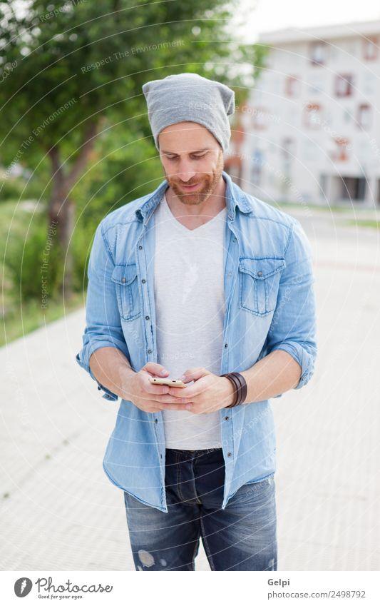 Lässiger Typ Lifestyle Stil Freude Glück Freizeit & Hobby Telefon PDA Technik & Technologie Mensch Mann Erwachsene Straße Mode Hemd Hut Vollbart hören Lächeln