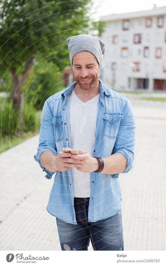 Mensch Mann weiß Freude Straße Erwachsene Lifestyle Stil Glück Mode Freizeit & Hobby modern Technik & Technologie Lächeln Fröhlichkeit Coolness