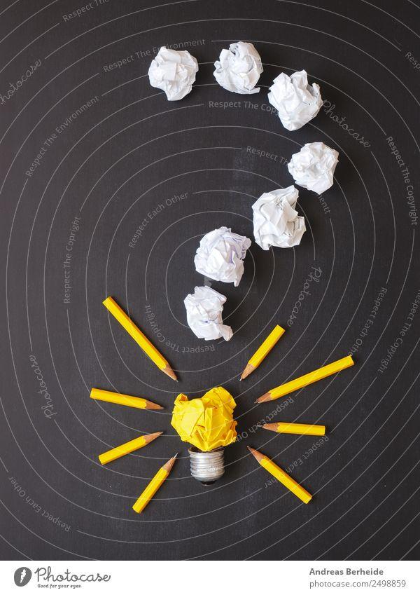 Fragezeichen, Papierkugeln, Glühbirne mit Stifte Tafel Business Schreibwaren Zettel Schreibstift Schriftzeichen gelb Idee innovativ Inspiration Kreativität