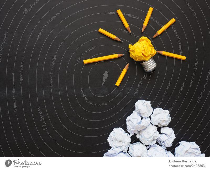 Ideen, Glühbirne, Papierkugeln auf einer Tafel gelb Hintergrundbild Business Kreativität Erfolg einzigartig Symbole & Metaphern Ziel Team Inspiration Teamwork