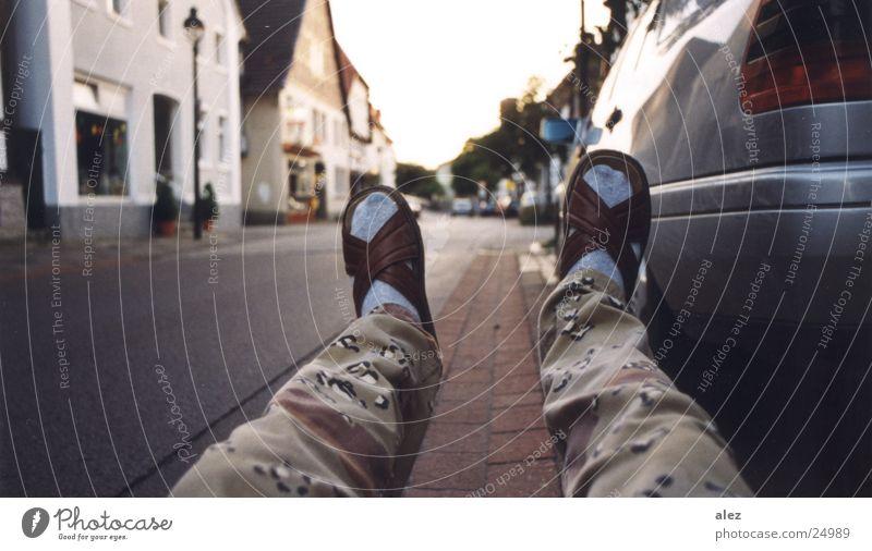 fallschuhrum Schuhe Schlappen Tarnung Strümpfe Abfluss fallen Sommer Verkehr Fototechnik PKW Straße blau sitzen Angelköder Erholung Perspektive