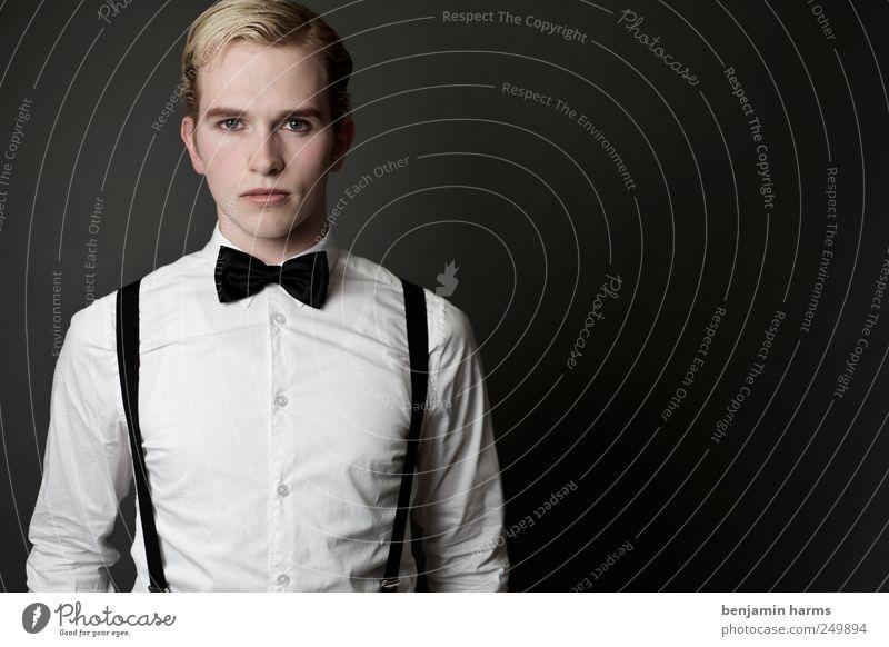 one man Mensch Jugendliche Haare & Frisuren Erwachsene blond elegant Erfolg maskulin Coolness frech 18-30 Jahre Scheitel Fliege kurzhaarig streng