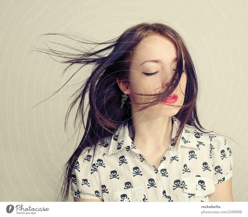 Frau mit dunklen Haaren im Wind feminin Junge Frau Jugendliche 1 Mensch 18-30 Jahre Erwachsene Hemd schwarzhaarig brünett langhaarig ästhetisch elegant schön
