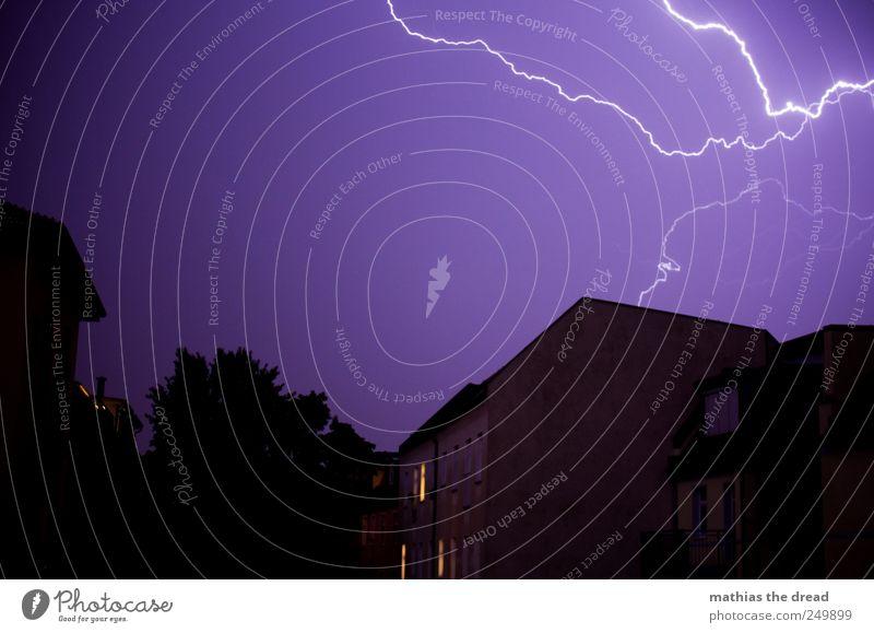 BLITZ Umwelt Natur Urelemente Himmel Horizont schlechtes Wetter Gewitter Blitze Stadt Haus Bauwerk Gebäude Mauer Wand Fassade Fenster Dach ästhetisch