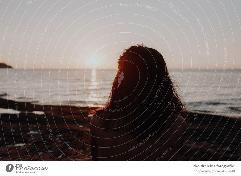 Frau Strand Sonnenuntergang Horizont Lifestyle Ferien & Urlaub & Reisen Abenteuer Ferne Freiheit Sommer Meer Insel feminin Erwachsene Landschaft Wasser