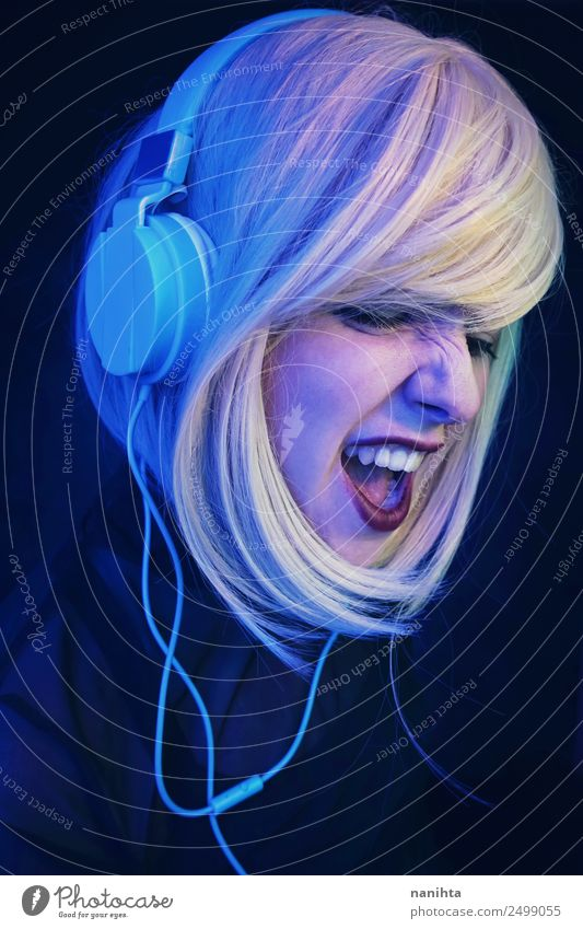 Junge DJ-Frau, die auf einer Party schreit. Lifestyle Stil Freude Freizeit & Hobby Nachtleben Entertainment Veranstaltung Musik Club Disco Diskjockey
