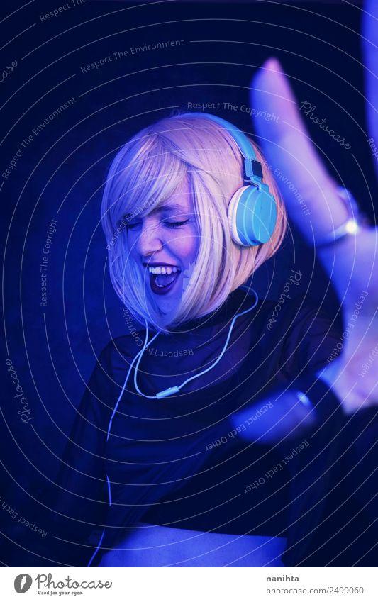 Mensch Jugendliche Junge Frau Freude 18-30 Jahre Erwachsene Lifestyle feminin Stil Party Feste & Feiern frei blond Technik & Technologie frisch Musik