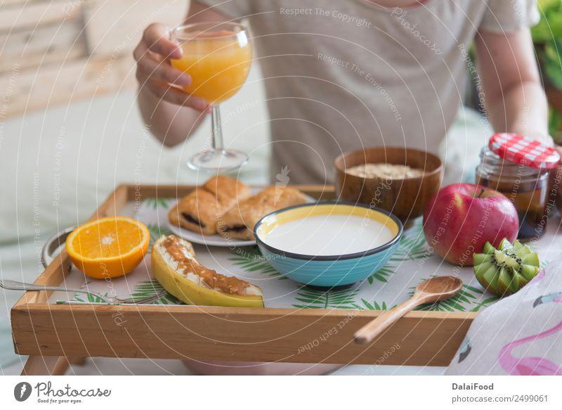 Frau in der Frühstückszeit Apfel Banane Schlafzimmer Butter Schokolade Kaffee konventionell enthalten Essen Lebensmittel Gesunde Ernährung Foodfotografie