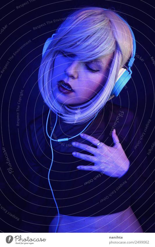 Junge Frau tanzt und hört Musik. Lifestyle Stil Design exotisch schön Nachtleben Entertainment Party Veranstaltung Diskjockey ausgehen Tanzen Headset Kopfhörer