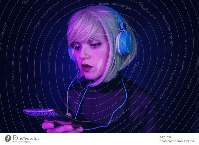 Junge Frau mit Technik Lifestyle elegant Stil schön Haare & Frisuren Gesicht Freizeit & Hobby Nachtleben Party Musik ausgehen Headset Kopfhörer