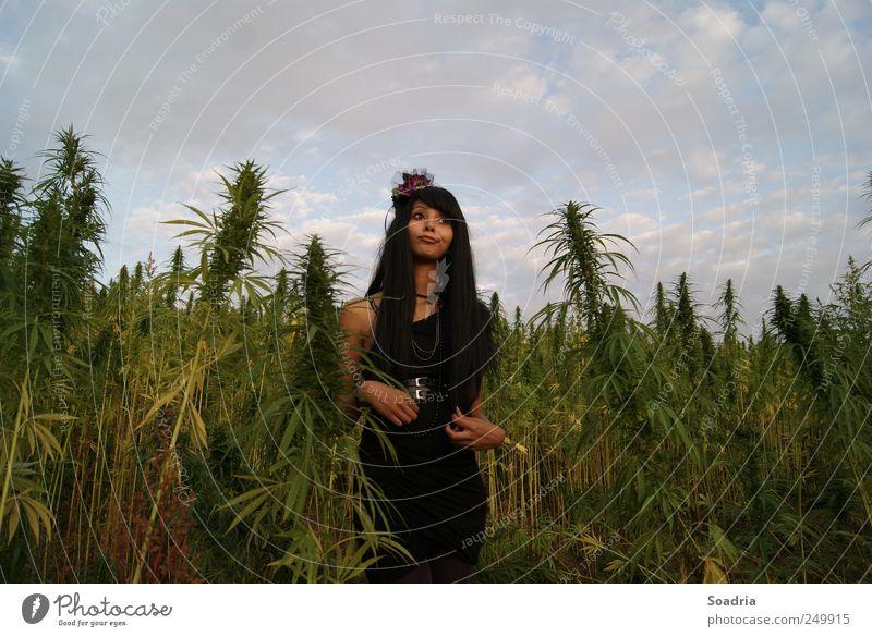 Hoppla, wo bin ich denn hier? Frau Mensch Himmel Jugendliche Blume Sommer Erwachsene Gesicht feminin Wiese Haare & Frisuren Feld Ausflug Rauchen Kleid 18-30 Jahre