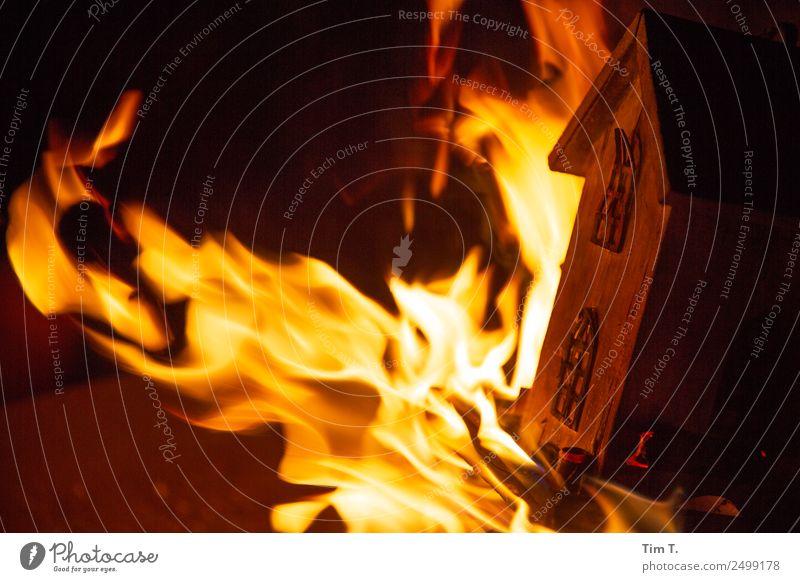 Fire Grill Dekoration & Verzierung Holz Aggression Feuer Feuersturm Haus Holzhaus Farbfoto Außenaufnahme Menschenleer Nacht
