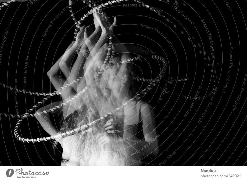 Chaostheorie feminin außergewöhnlich Schwung Dynamik Hula Hoop Reifen Tanzen Bewegungsenergie Schwarzweißfoto Studioaufnahme Experiment Oberkörper