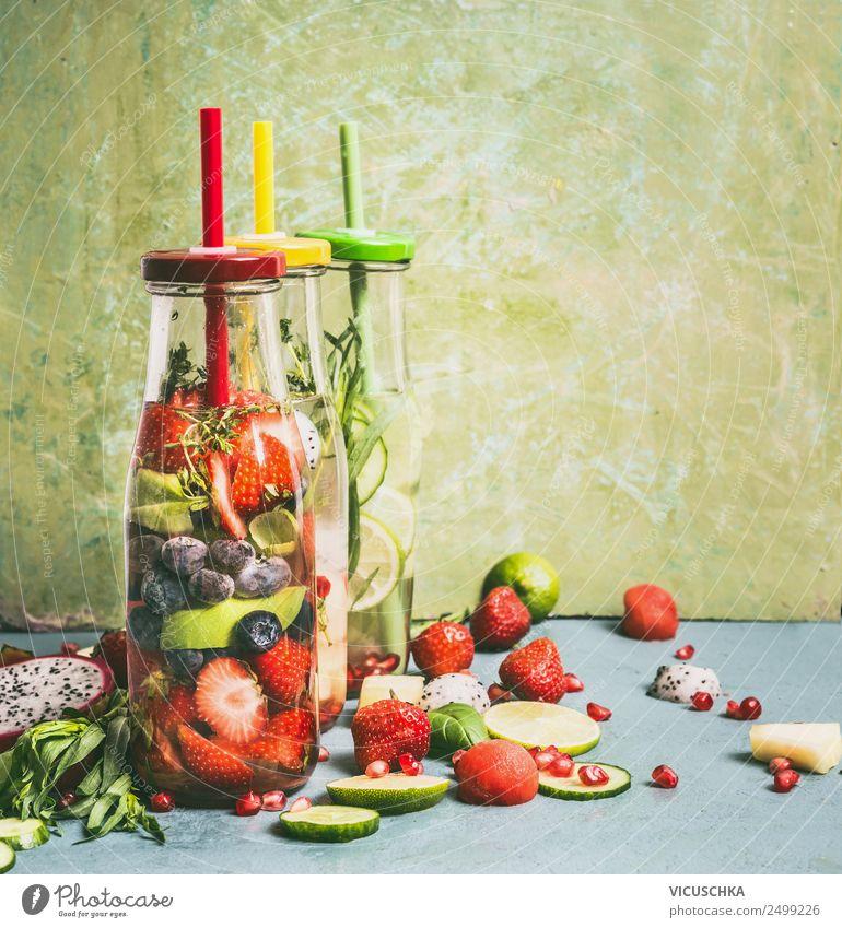 Infused Water mit Obst in Flaschen Getränk Erfrischungsgetränk Trinkwasser Limonade Saft Stil Design Gesundheit Gesunde Ernährung Fitness Leben Sommer Tisch