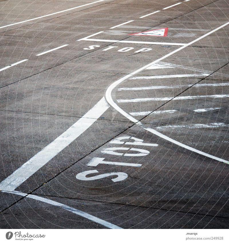 STOP Straße Wege & Pfade Linie warten Schilder & Markierungen Verkehr Streifen fahren stoppen Zeichen Verkehrswege Straßenkreuzung Straßenverkehr stagnierend geduldig Landebahn