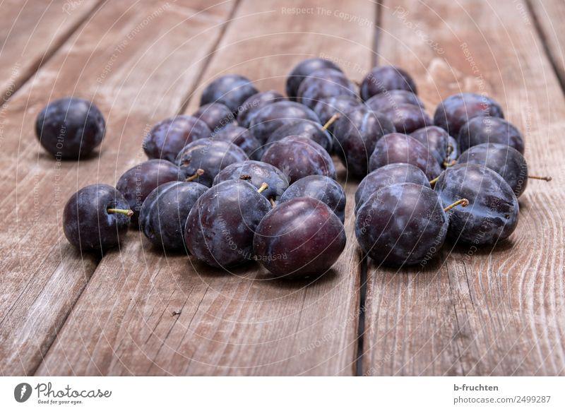 Zwetschgen Gesundheit Holz Lebensmittel Frucht liegen frisch genießen Ernte Bioprodukte reif Vegetarische Ernährung Pflaume verteilt