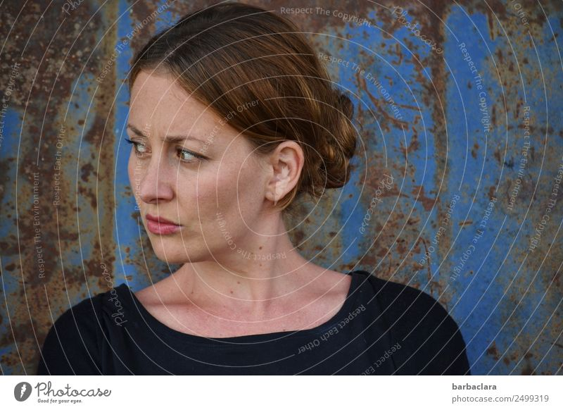 Emotion   ins Gesicht geschrieben feminin Frau Erwachsene 1 Mensch Mauer Wand Fassade Metall Rost Blick stehen blau Gefühle Wachsamkeit Leben standhaft