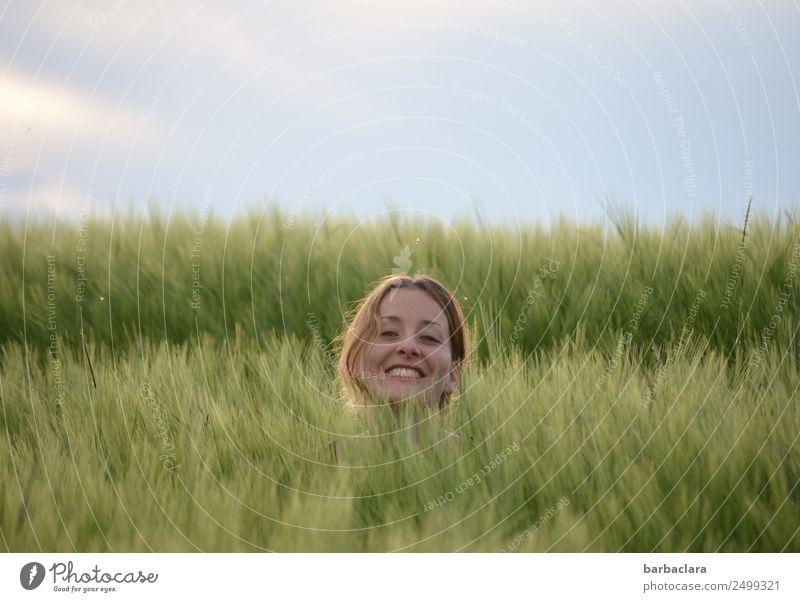 verlassen | aber glücklich feminin Frau Erwachsene Kopf 1 Mensch Natur Pflanze Himmel Klima Getreide Feld lachen Fröhlichkeit lustig grün Gefühle Stimmung
