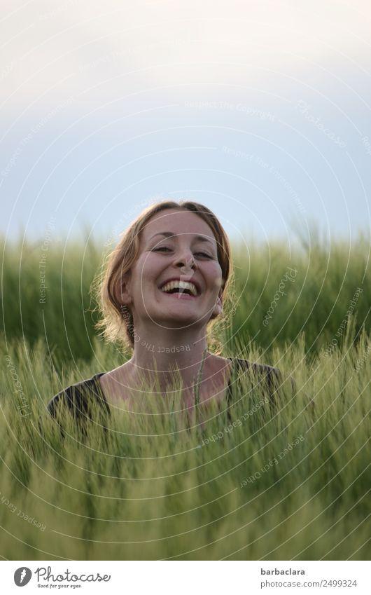 Überraschung | Huhu, hier bin ich! feminin Frau Erwachsene Kopf 1 Mensch Natur Pflanze Urelemente Himmel Getreide Feld lachen Fröhlichkeit Gefühle Freude
