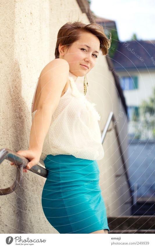 Geländer feminin Junge Frau Jugendliche 1 Mensch 18-30 Jahre Erwachsene brünett kurzhaarig schön einzigartig Erotik selbstbewußt Lächeln Verschmitzt Wind frech