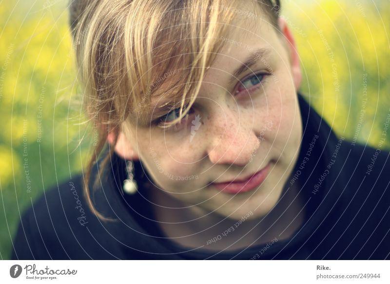 Hauchzart. Mensch feminin Junge Frau Jugendliche 1 18-30 Jahre Erwachsene Natur Raps Feld Ohrringe blond Pony Zopf Lächeln träumen schön natürlich Glück