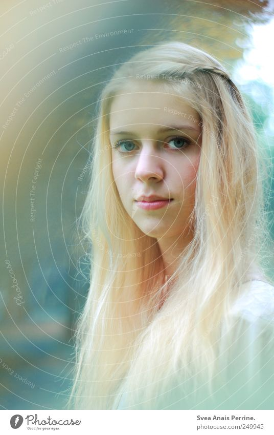 blauerschimmer. feminin Junge Frau Jugendliche 1 Mensch Schönes Wetter Haare & Frisuren blond langhaarig Freundlichkeit schön Farbfoto Gedeckte Farben