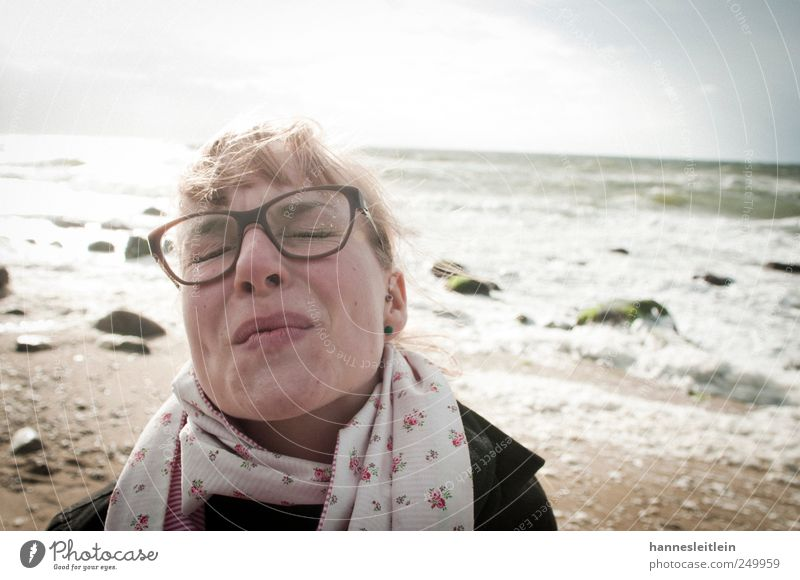 Augen zudrücken Mensch Frau Jugendliche schön Meer Strand Erwachsene Kopf Sand Stil Wellen blond Mund Fröhlichkeit verrückt leuchten