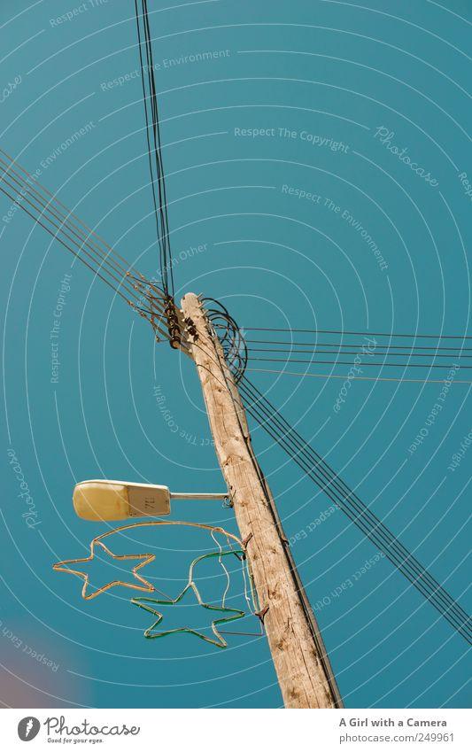 Christmas all year round Himmel Wolkenloser Himmel Sommer Schönes Wetter stehen hoch blau Stern (Symbol) Strommast Elektrizität Hochspannungsleitung viele