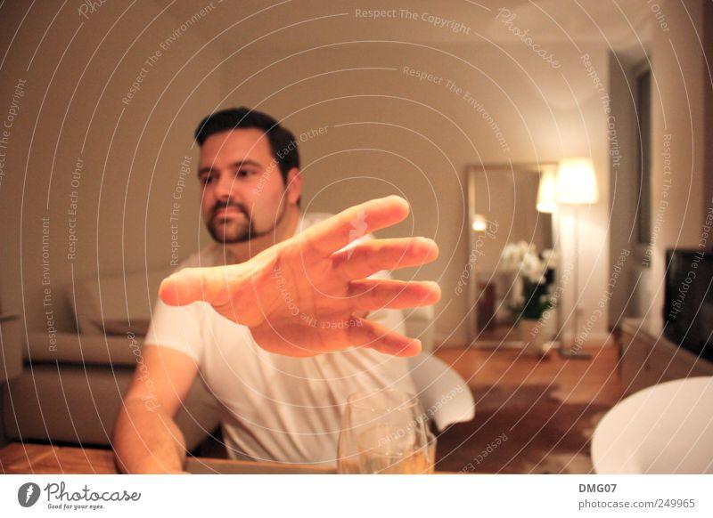 Talk To The Hand Mensch Jugendliche Mann Freude 18-30 Jahre Junger Mann Erwachsene Lampe außergewöhnlich maskulin Wohnung Raum sitzen Tisch Finger