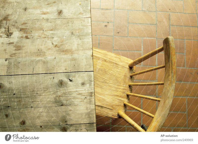 Stuhl Holz Einsamkeit Stuhllehne Tisch Fliesen u. Kacheln Holzbrett Holztisch Holzstuhl Naturmaterial alte Möbel sitzen Farbfoto Außenaufnahme Detailaufnahme