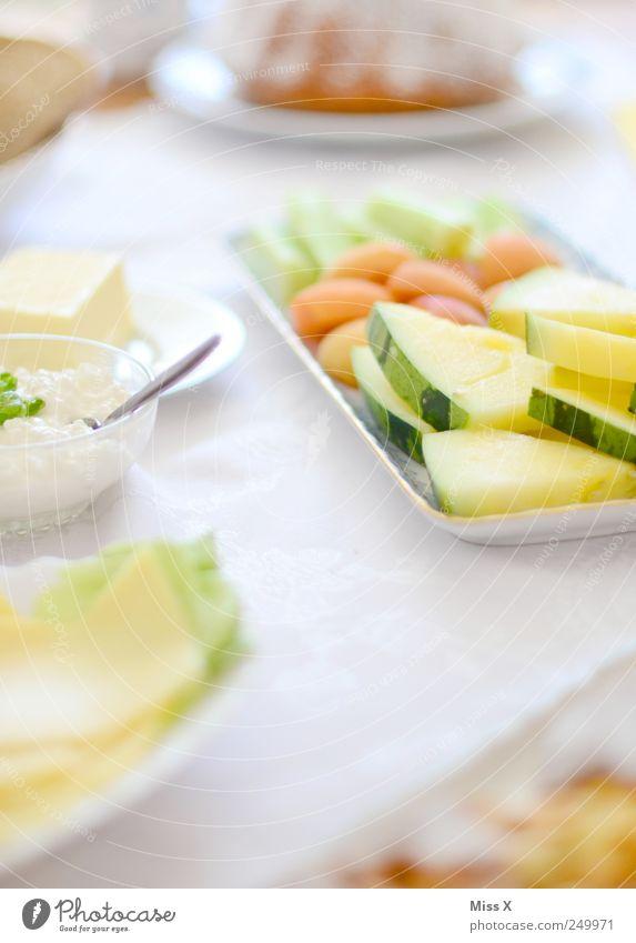 Buffet Ernährung Lebensmittel hell Feste & Feiern Frucht süß Tisch Gemüse Geschirr Kuchen lecker Frühstück Appetit & Hunger Teller Schalen & Schüsseln Käse