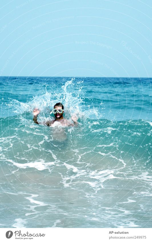Splash maskulin Mann Erwachsene Leben 1 Mensch Wasser Himmel Wolkenloser Himmel Sommer Wind Sturm Wellen Küste Seeufer Meer Schwimmen & Baden tauchen