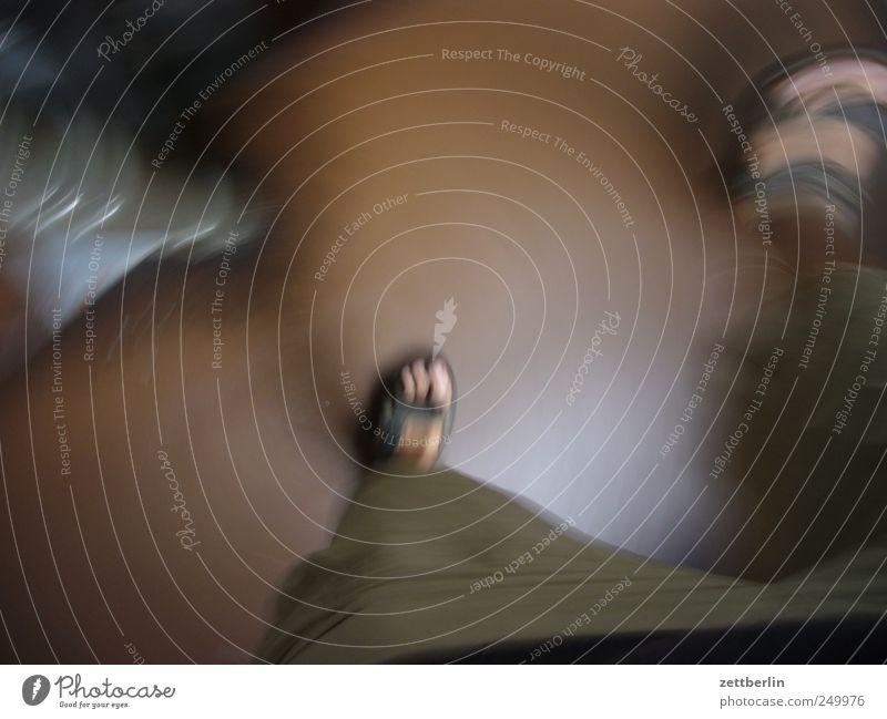Treppe Beine Fuß 1 Mensch Haus gehen rennen Geschwindigkeit Eile Dynamik Bewusstseinsstörung Rausch Farbfoto Gedeckte Farben Innenaufnahme Experiment