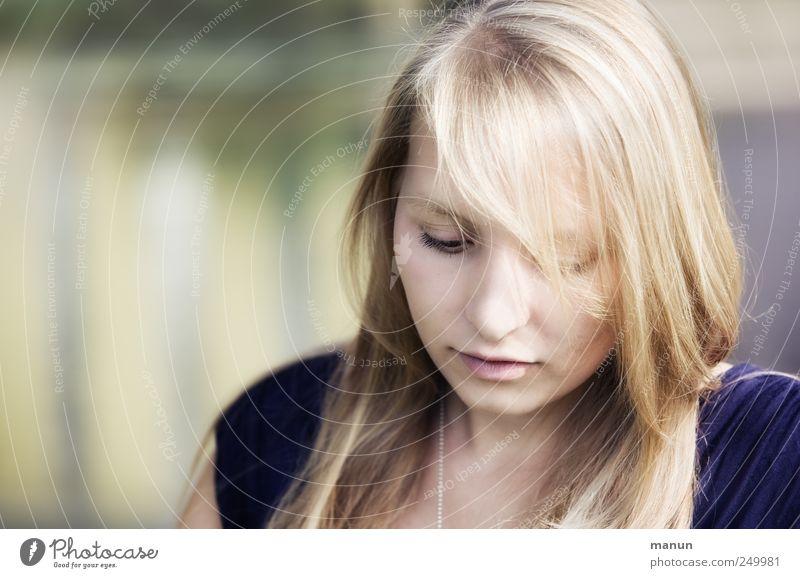 Fräulein K Mensch feminin Junge Frau Jugendliche Leben Kopf Gesicht 1 Haare & Frisuren blond langhaarig beobachten Denken Blick träumen Traurigkeit warten