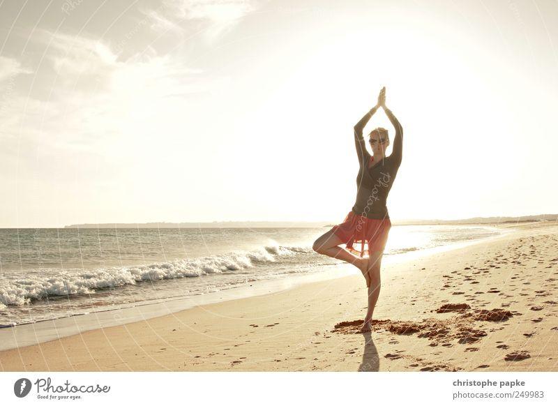 Baum am Strand Mensch Jugendliche Ferien & Urlaub & Reisen Sommer Meer Erholung feminin Zufriedenheit Wellen Wellness Lebensfreude Sport Meditation Yoga