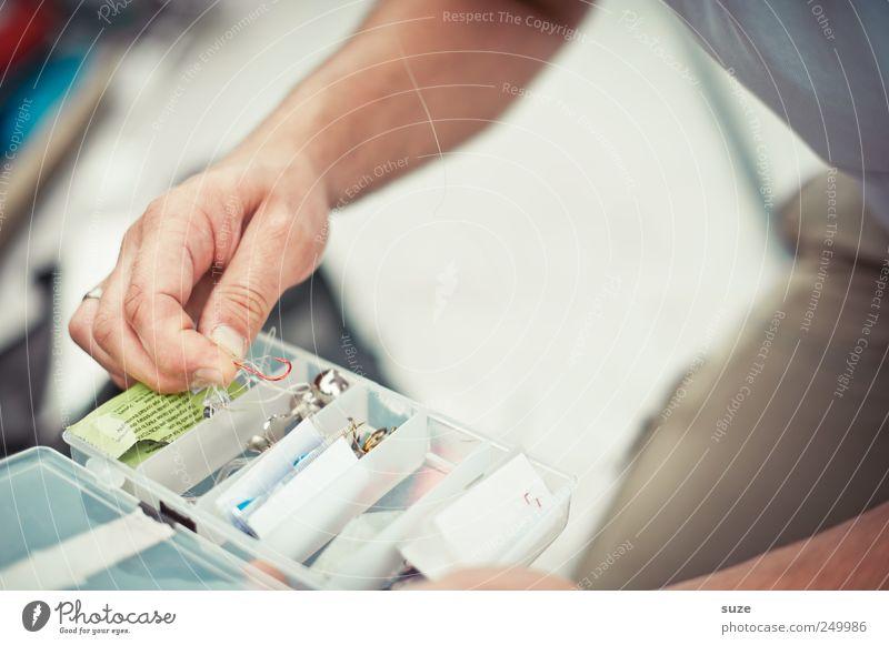 Mann nehme ... Mensch Mann Hand Erwachsene Freizeit & Hobby Finger maskulin Angeln Kiste Haken Auswahl Angelköder Regenwurm Angelgerät Plastikdose