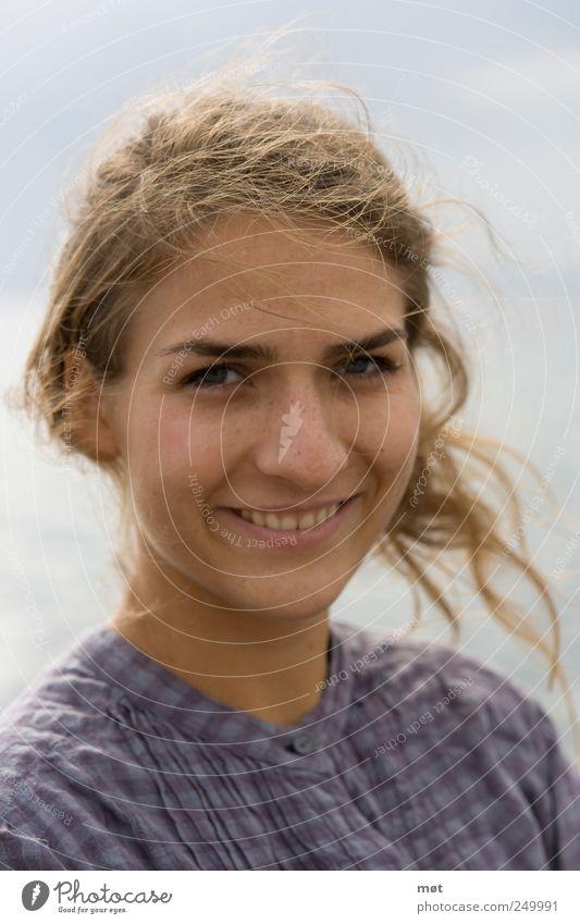 Smile, it confuses people feminin Junge Frau Jugendliche Erwachsene Kopf 1 Mensch 18-30 Jahre brünett Locken Freundlichkeit Fröhlichkeit schön Zufriedenheit