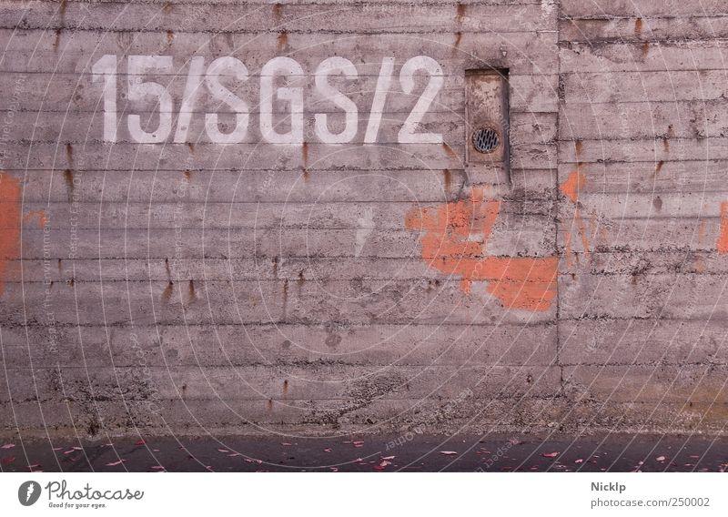 """Betonwand eines Luftschutzbunkers in Siegen mit der Aufschrift """"15/SGS/2"""" Bunker Industrieanlage Wand Betonmauer Metall Typographie Design Graffiti Textur"""
