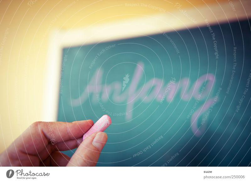 is schwer Freizeit & Hobby Häusliches Leben Bildung Schule lernen Tafel Kindheit Hand Finger blond Schriftzeichen festhalten schreiben Beginn