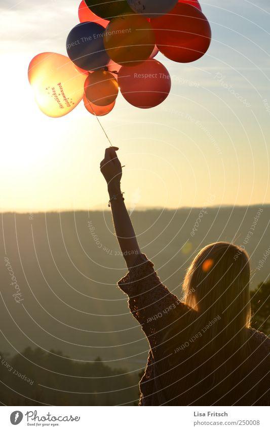der sonne entgegen Mensch Jugendliche Freude Erwachsene Leben Glück Horizont Abenteuer Hoffnung Luftballon 18-30 Jahre Junge Frau Lebensfreude