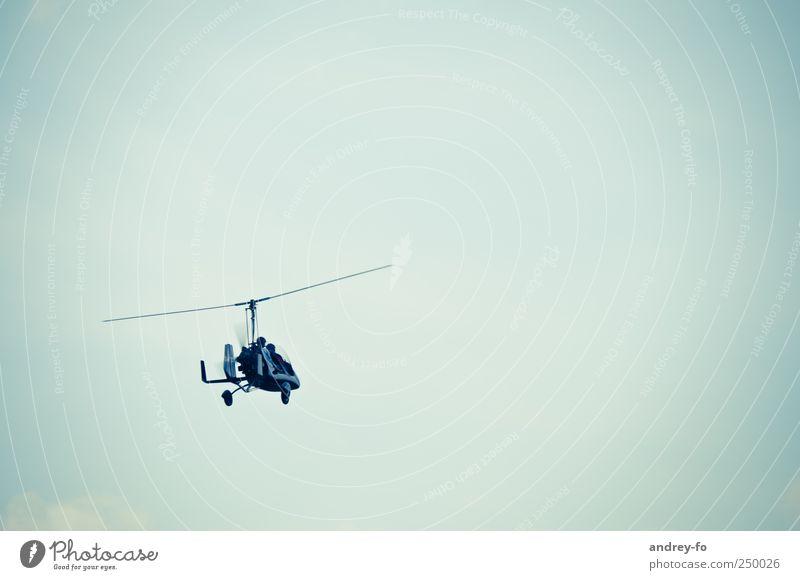 Gyrokopter?! Luftverkehr Hubschrauber Fluggerät Pilot fliegen frei Unendlichkeit Flugangst Himmel Hintergrund neutral Verkehrsmittel Flugschau Freiheit Mut